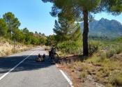 El descanso del ciclista, camino del Embalse del Alfonso XIII.